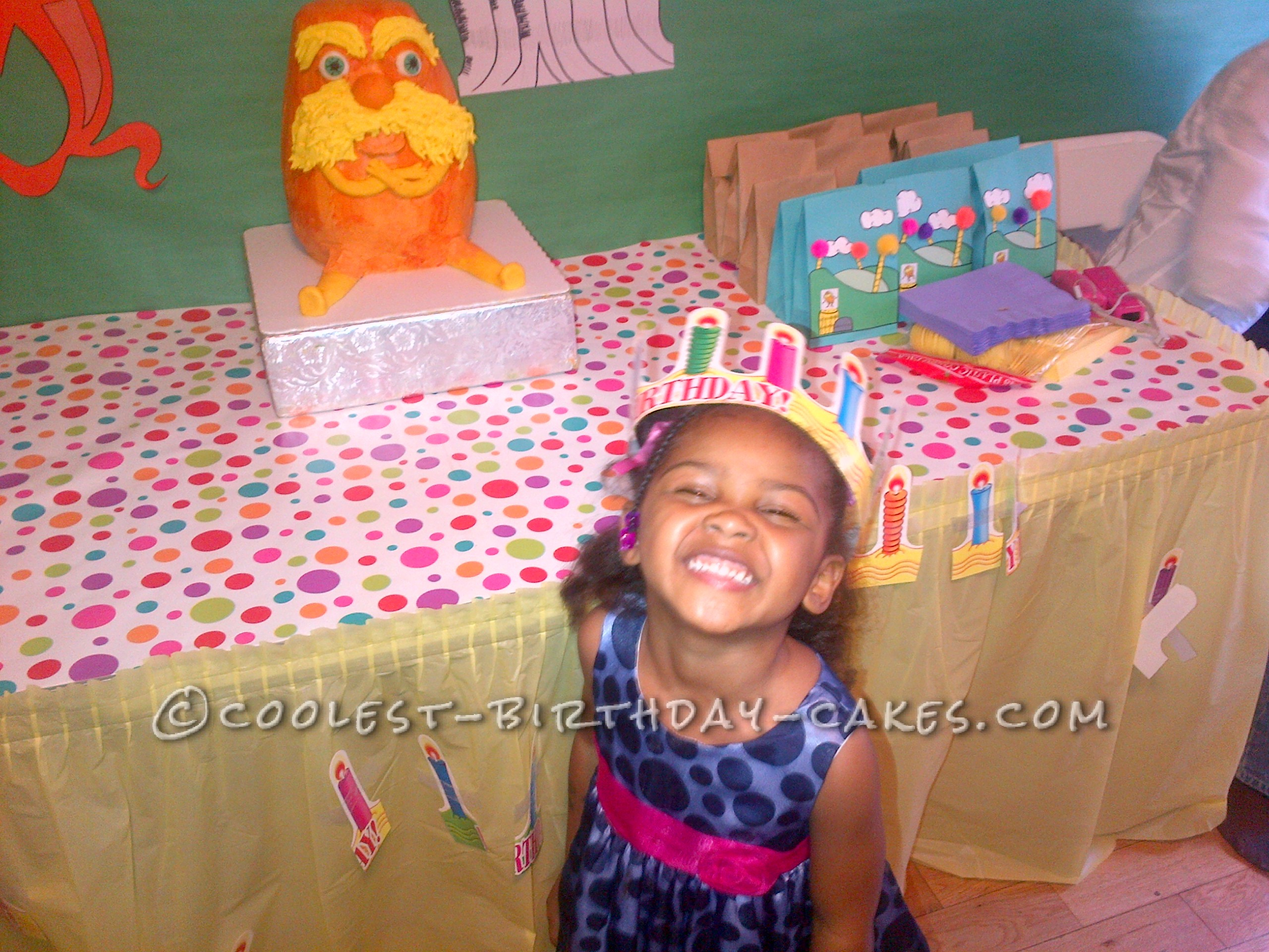 The birthay girl seeing her cake