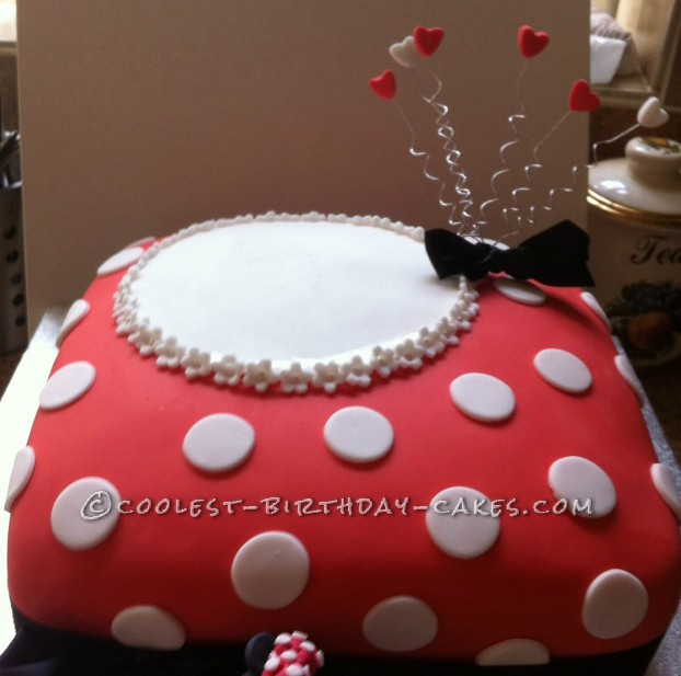 Decorating the Minnie Mouse Cake