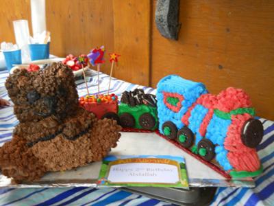 homemade-bear-and-train-birthday-cake-21533458.jpg